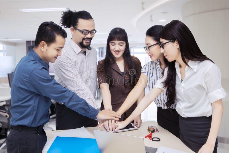 Olika sammanfogande händer för affärsfolk tillsammans arkivbild