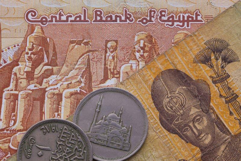 Olika sedlar och mynt av egyptiska pengar royaltyfri foto