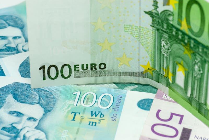 Olika serbiska dinar den internationella komrets för sedlar och för eurosedlar utbyter handelbegrepp royaltyfria foton