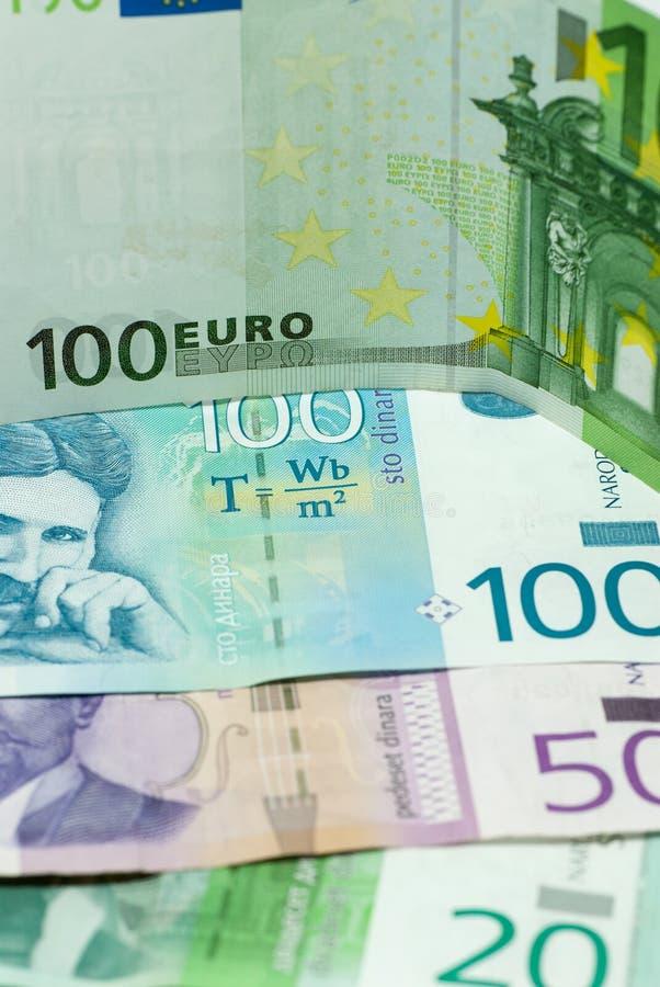 Olika serbiska dinar den internationella komrets för sedlar och för eurosedlar utbyter handelbegrepp royaltyfri foto