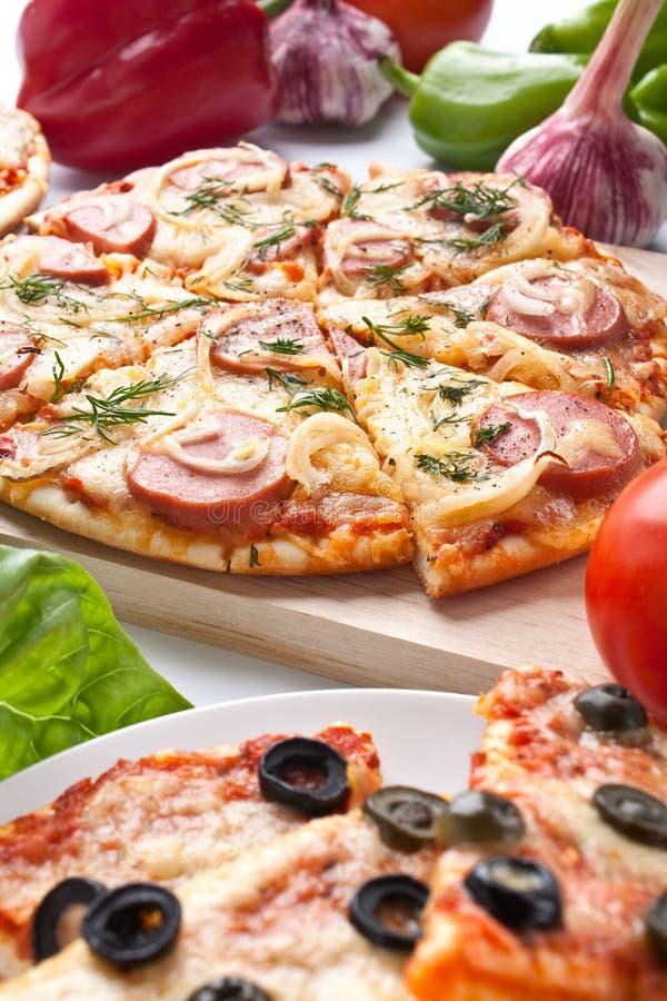 olika skivade ingredienspizzas royaltyfri foto