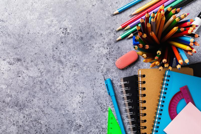 Olika skolatillförsel på skrivbordet med kopieringsutrymme Top beskådar arkivfoton