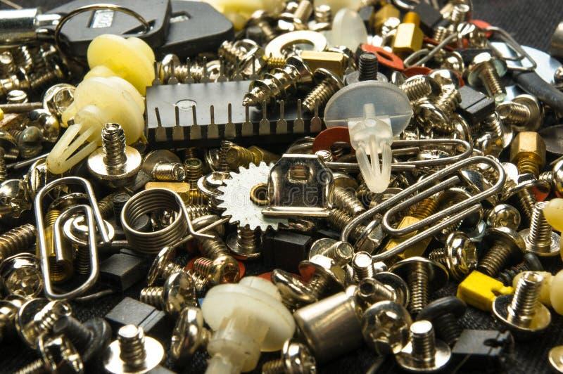 olika skruvar, bultar, packningar, muttrar och andra små hållare för dator fotografering för bildbyråer