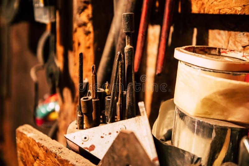 Olika skruvmejslar och andra hjälpmedel på garage royaltyfri fotografi