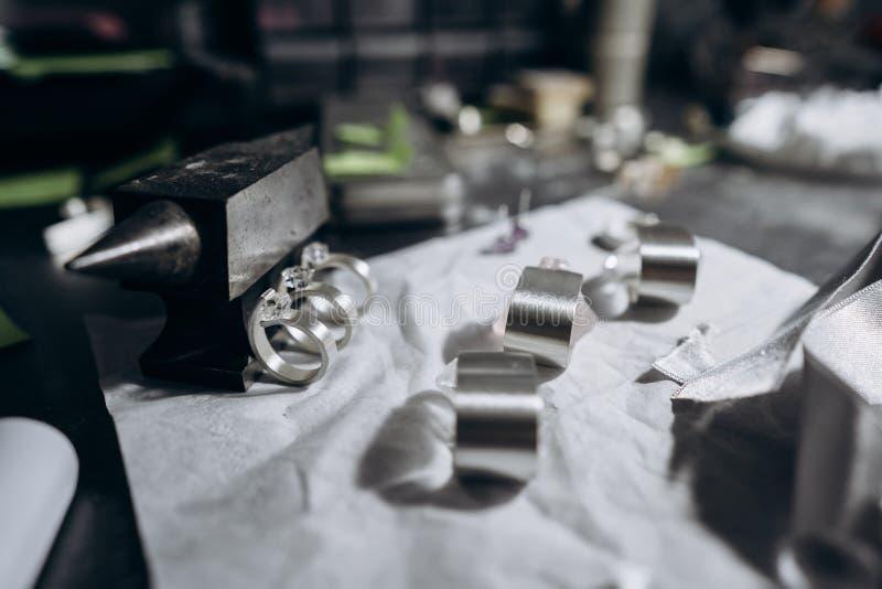 Olika smycken på tabellen från juveleraren från en nära vinkel royaltyfri fotografi