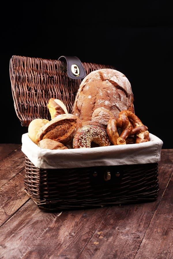 Olika sorter av bröd och brödrullar ombord från över Kök- eller bageriaffischdesign royaltyfri bild