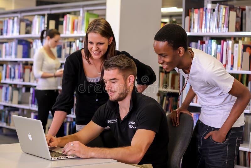 Olika studenter i högskolauniversitetsområdearkiv fotografering för bildbyråer