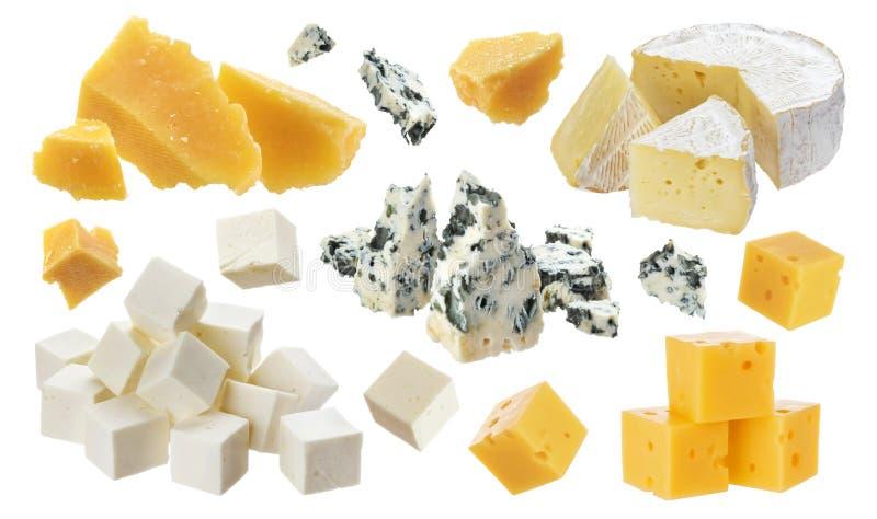 Olika stycken av ost Cheddar parmesan, emmental, blå ost, camembert, feta som isoleras på vit bakgrund arkivfoto