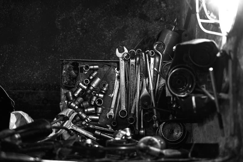 Olika tipes av handhjälpmedel i bilgarage, närbild arkivfoto