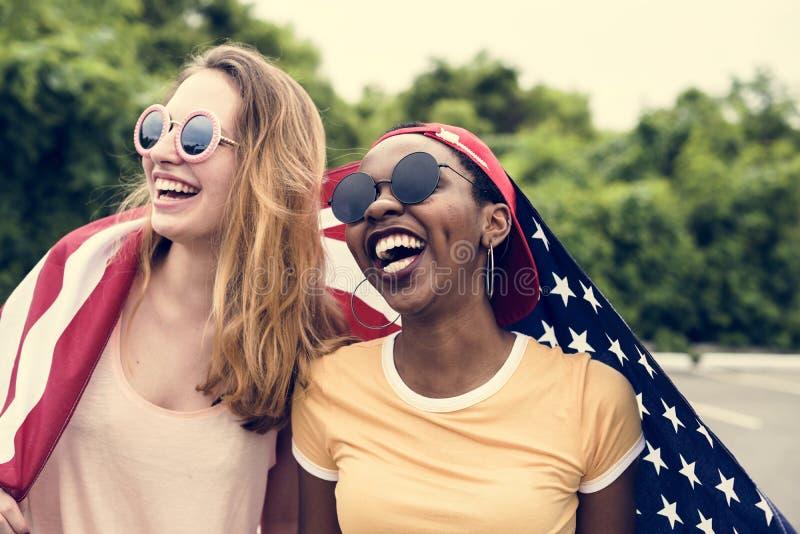 Olika tonåriga flickor med amerikanska flaggan royaltyfria foton