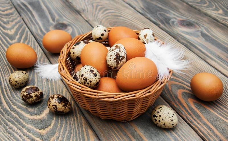 Olika typer av ägg i en korg arkivbilder