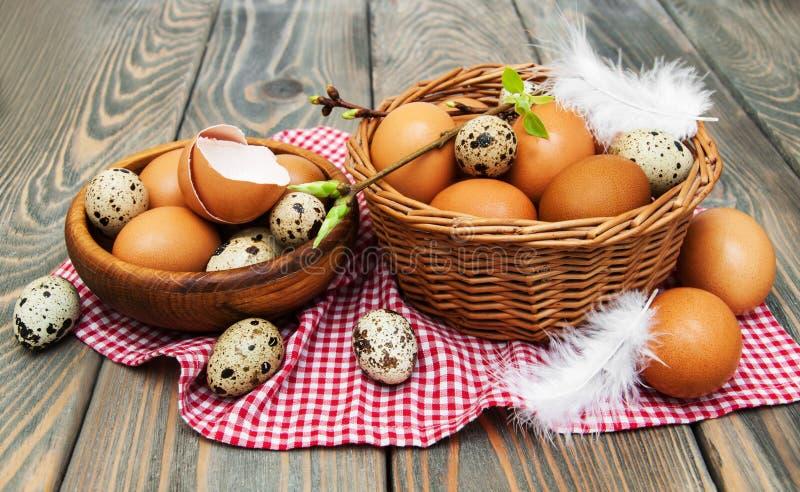 Olika typer av ägg i en korg royaltyfri fotografi