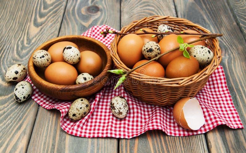 Olika typer av ägg i en korg royaltyfria bilder