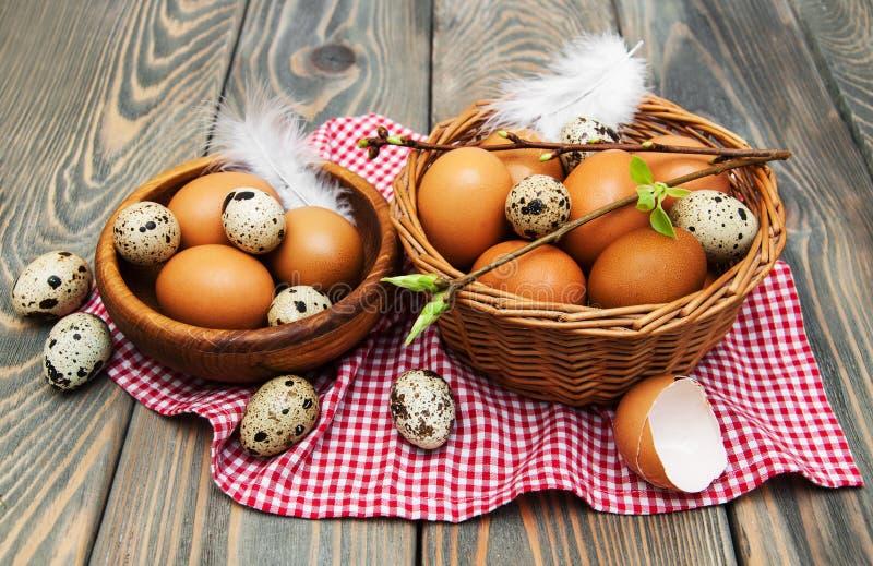 Olika typer av ägg i en korg arkivbild