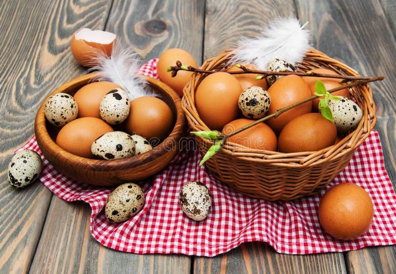 Olika typer av ägg i en korg royaltyfri foto