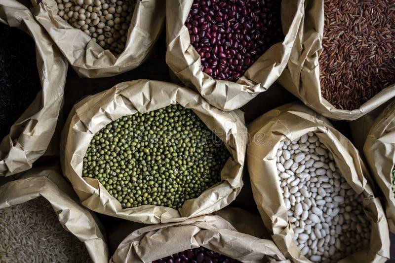 Olika typer av bönor i åtskilliga säckar royaltyfri fotografi