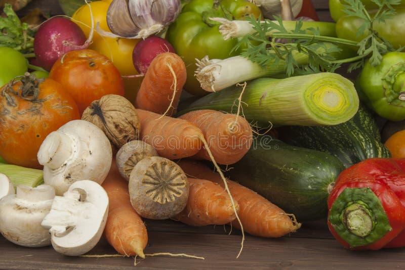 Olika typer av grönsaker på en gammal trätabell Begreppet av bantar mat Mat för sjukligt feta patienter arkivfoto