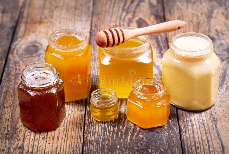 Olika typer av honung i glass krus royaltyfria foton