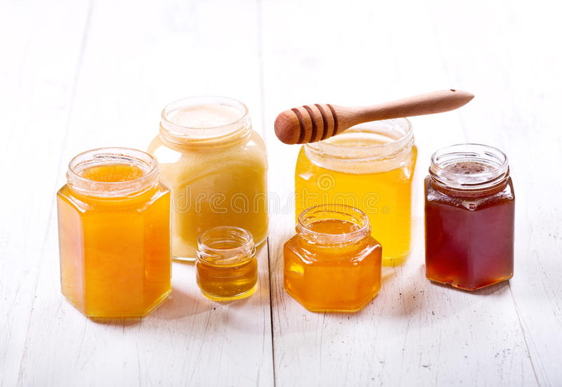Olika typer av honung i glass krus royaltyfri bild