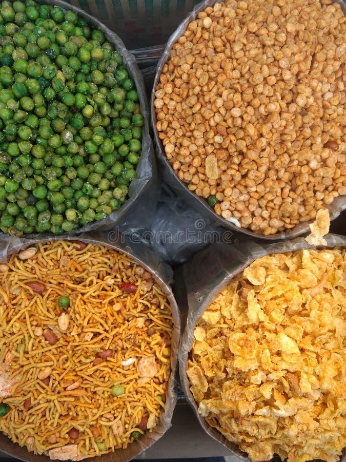 Olika typer av indiern namkeen och välsmakande mellanmål som säljer på marknaden fotografering för bildbyråer