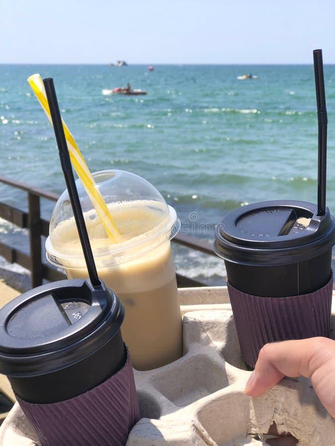 Olika typer av kaffe som går takeaway i händerna med bea royaltyfri bild
