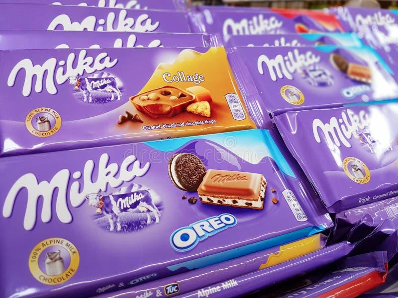 Olika typer av Milka choklad på försäljning i supermarket royaltyfri fotografi