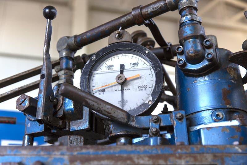 Olika typer av oljefält i tryckmätaren och ventilen royaltyfri foto