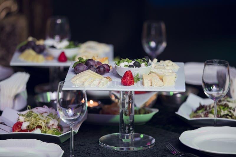 Olika typer av ost med tomt utrymmebakgrundsbegrepp royaltyfri fotografi