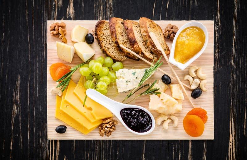 Olika typer av ost på träskärbräda royaltyfri foto