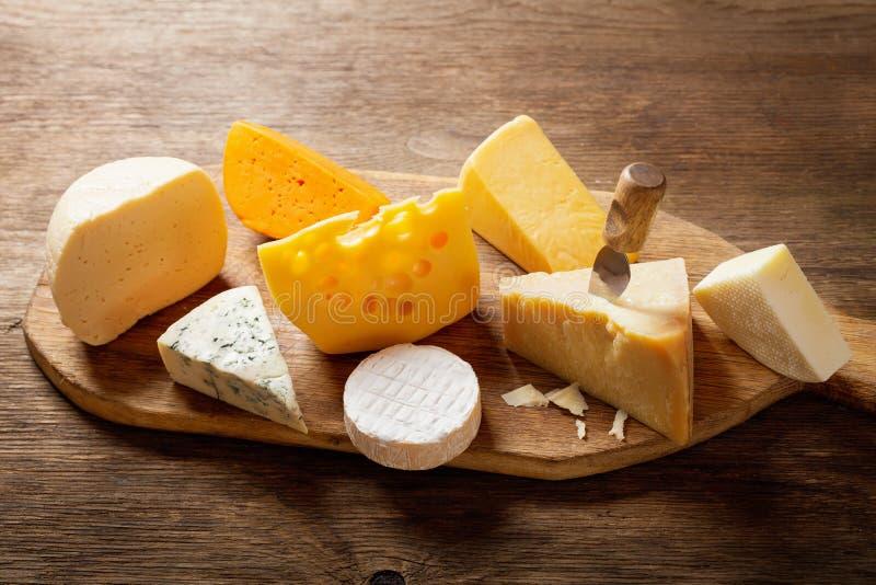 Olika typer av ost p? tr?br?de royaltyfri foto
