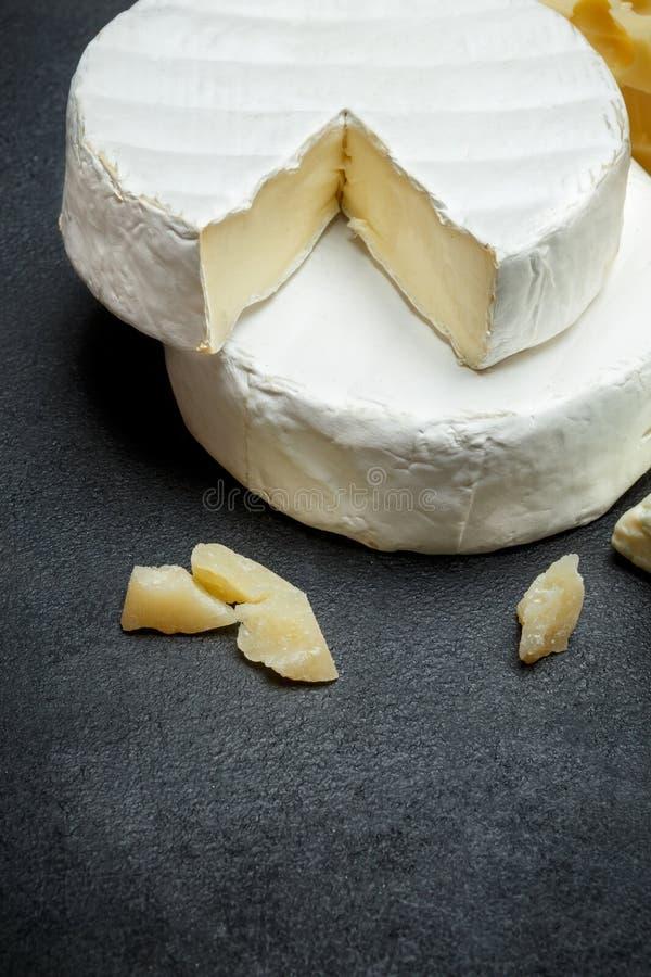 Olika typer av ost - parmesan, brie, roquefort, cheddar royaltyfri bild