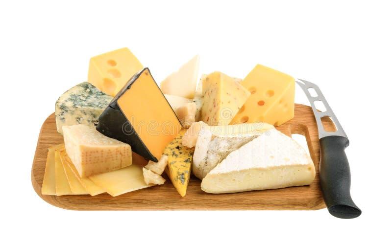 Olika typer av ost som isoleras på vit utan skugga arkivfoton