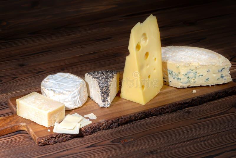 Olika typer av ostar på trätabellen, italienare, fransk mat, arkivbilder