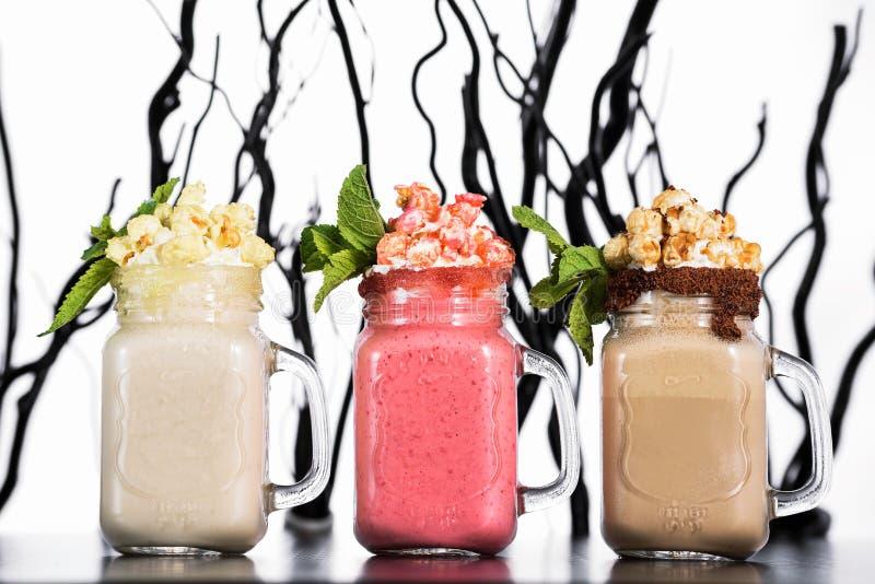 Olika typer av parfaiten för pudding för sommarsmoothieschia med bärsmoothien och frukter inom royaltyfri fotografi