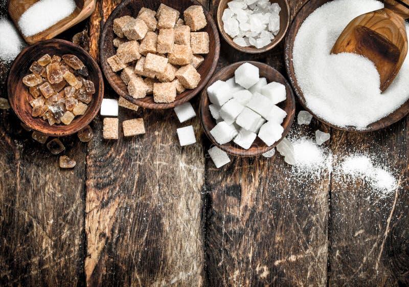 Olika typer av socker i bunkar arkivbild