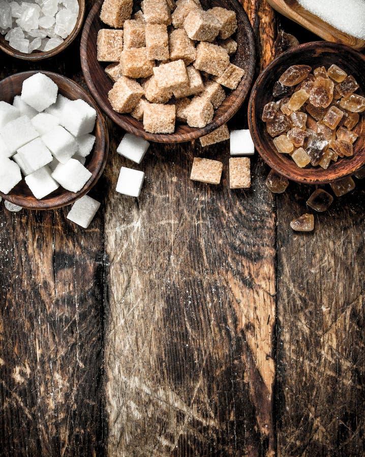Olika typer av socker i bunkar arkivfoto