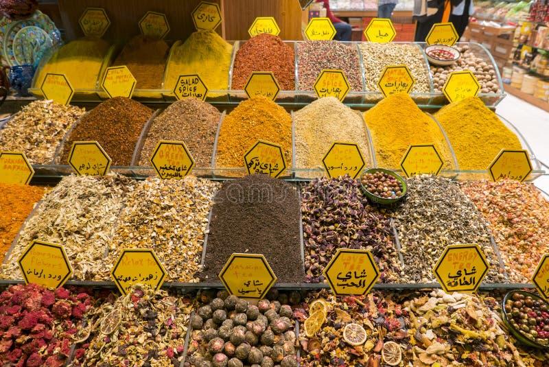 Olika typer av te på Sale inom kryddabasaren, Istanbul fotografering för bildbyråer