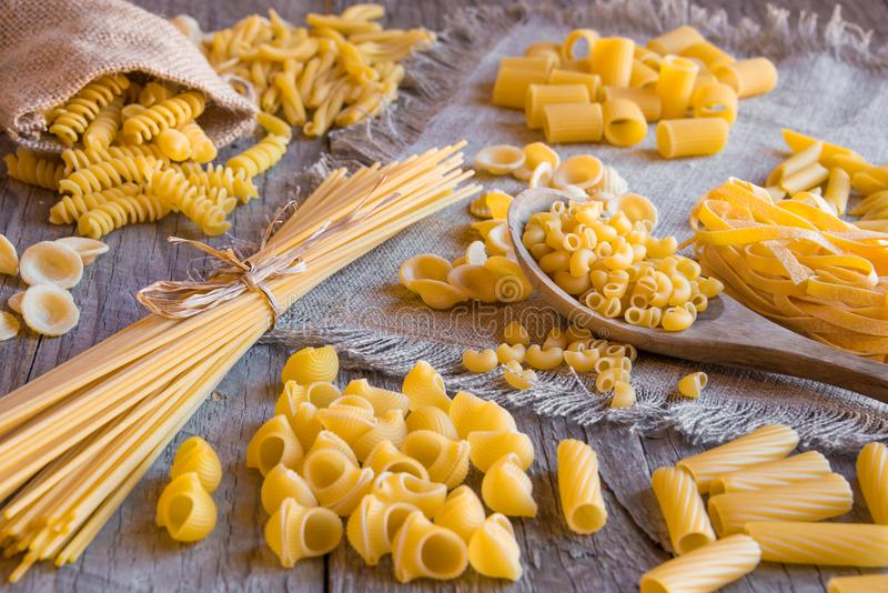Olika typer av torr pasta royaltyfria foton