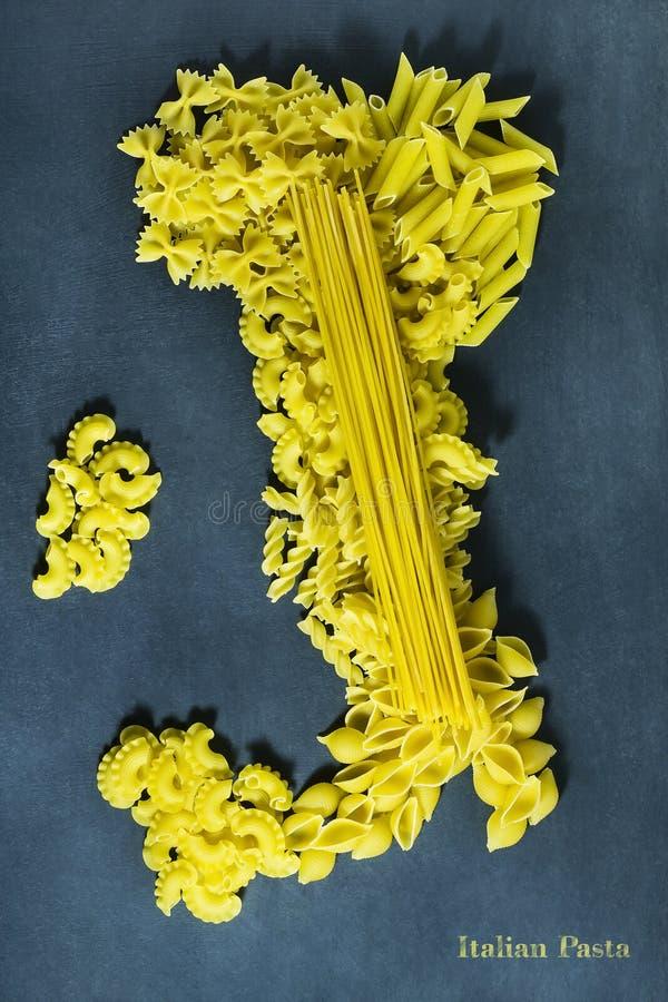 Olika typer av torr pasta i form av en översikt av Italien arkivbild
