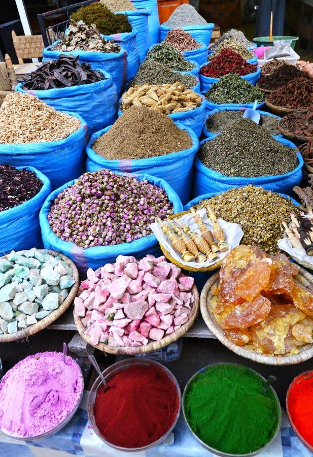 Olika typer av traditionella marockanska kryddor royaltyfri bild