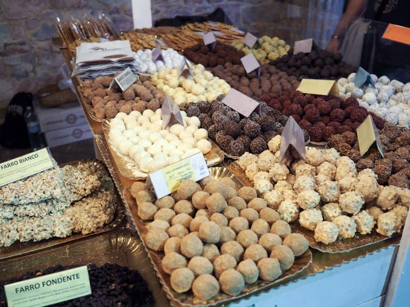 Olika typiska sötsaker från centrala Italien synlig i staden av arkivfoto