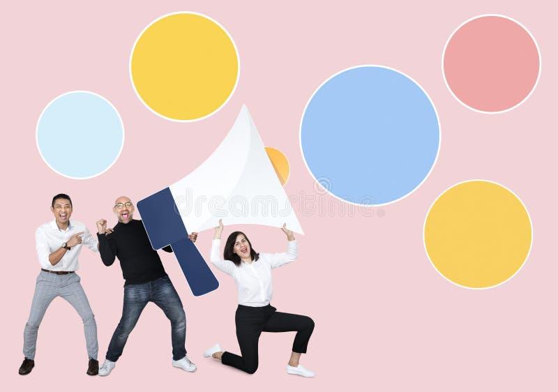 Olikt affärsfolk som rymmer en megafon arkivbild