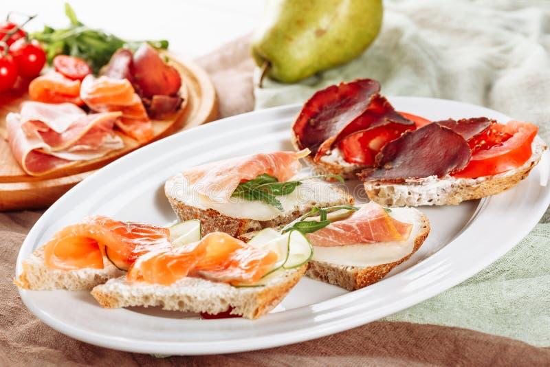 Olikt bröd Salmon Jamon Canape Catering Service arkivbild