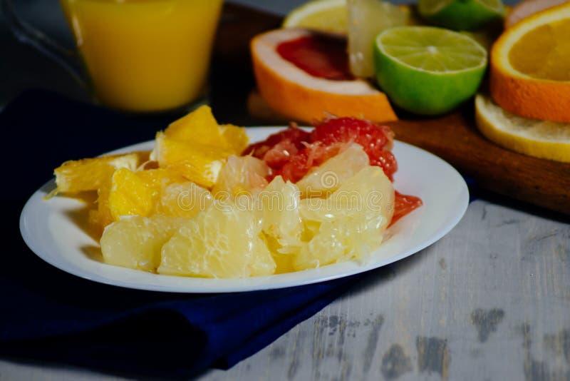 Olikt citrusfruktsnitt in i skivor apelsin, citron, limefrukt, grapef royaltyfri bild