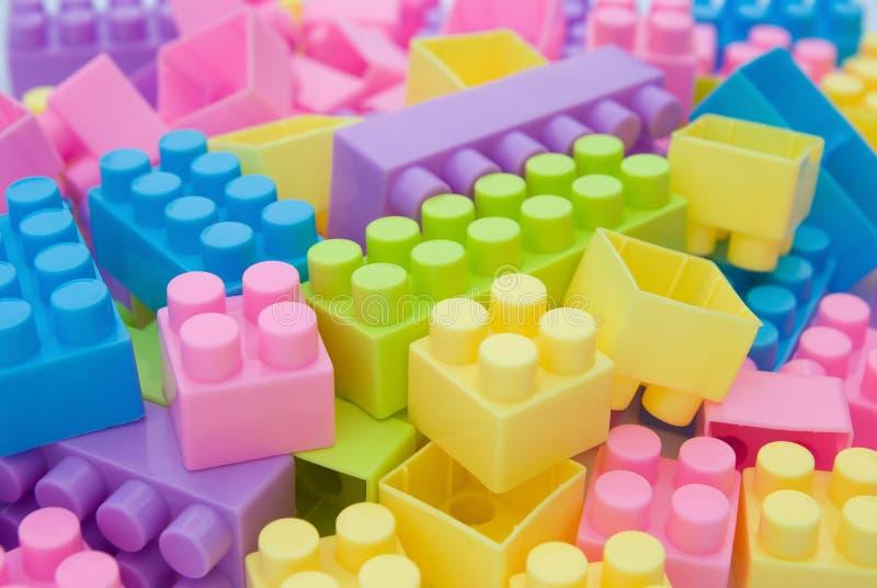 Olikt färga toytegelstenar arkivbilder