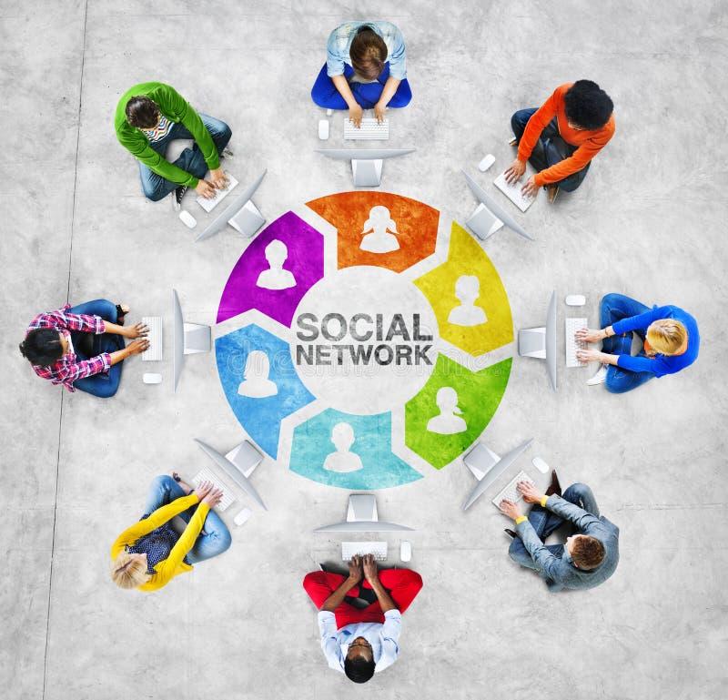 Olikt folk som använder socialt nätverksbegrepp för datorer royaltyfri foto