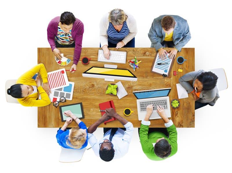 Olikt folk som arbetar i ett foto illustrerat kontor arkivfoton