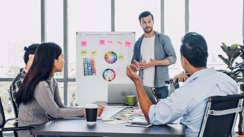 Olikt idérikt märkes- möte på kontoret brainstroming idé och planläggning för anställd för projekt med det vita brädet royaltyfri fotografi