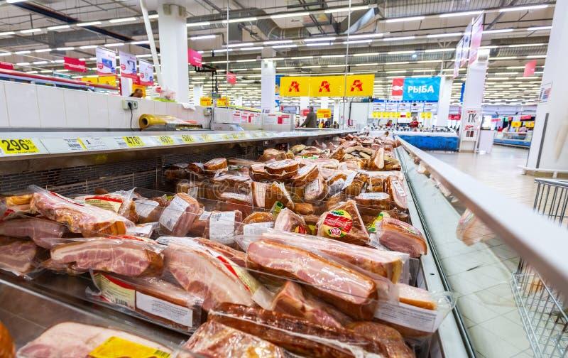 Olikt kött, korvar som är klara till försäljningen royaltyfria bilder