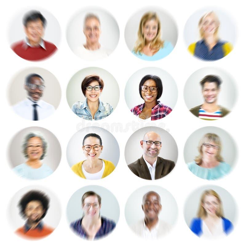 Olikt multietniskt gladlynt folkbegrepp för stående arkivfoto